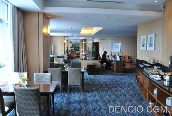 Crowne Plaza Galleria Club Lounge Access 14