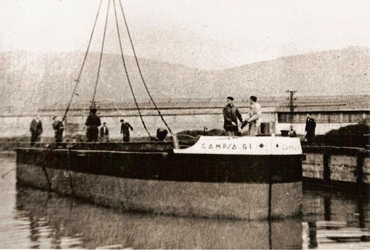 La gabarra CAMPSA G-1 en el momento de la botadura en los astilleros del Cadagua, realizados con ayuda de la Cabria de la Naval. Colección Juan Mª Rekalde.jpg