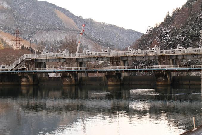 右岸よりダム湖側の堤体をズームアップ