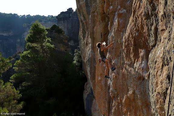 """Escalada a les parets de la Siuranella, davant Siurana, sector esperó de Primavera. Dani Celma a """"Se m'acaba la baldufa"""" 7a.Serra de la Gritella, Muntanyes de Prades.Cornudella de Montsant, Priorat, Tarragona"""