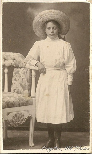 CdV Gal in big hat DL Antiques