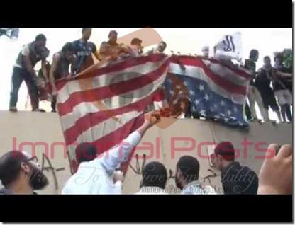 حرق العلم الأمريكي رداً علي الفيلم المسيء