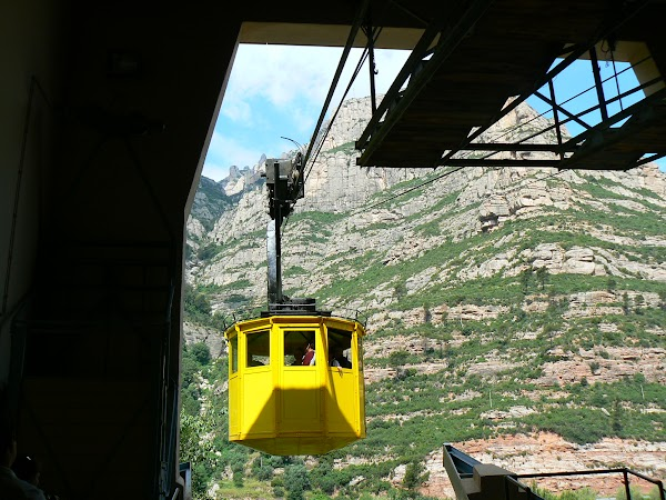 5. cu telecabina spre Montserrat.JPG