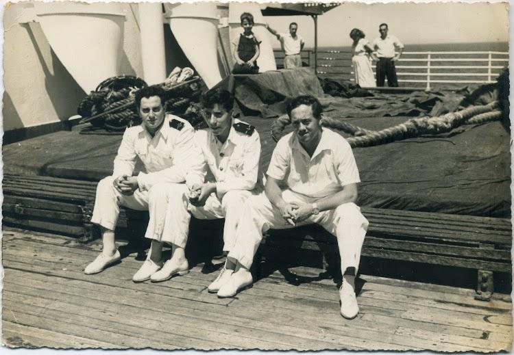 CABO DE BUENA ESPERANZA. 1955. De izquierda a derecha. Agregados Sr. Larrea (maquinas), Maruri, y gambucero Zarragoitia (El Chato). Foto Angel Maruri.jpg