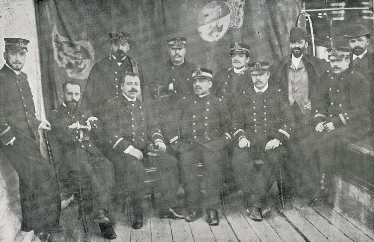 Comandante y Oficiales del Vulcano en 1.895. El Comandante era el Sr. Luanco. Foto Colección Costa. Del libro DE LA MARINA DE ANTAÑO.JPG