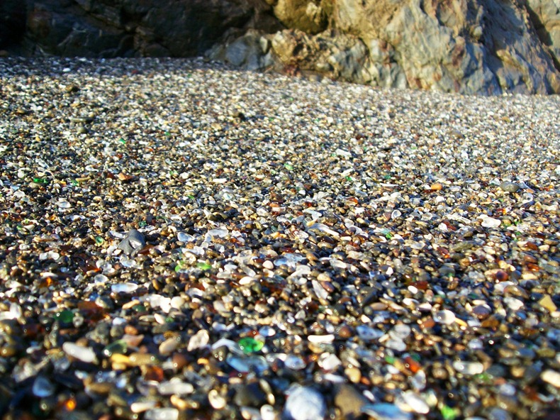 شاطى الزجاج glass-beach-3%255B