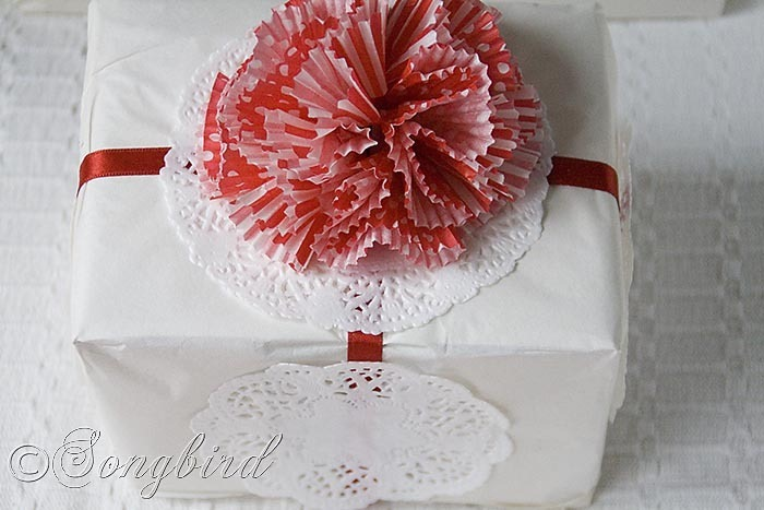 Songbird Christmas White Red Gift Wrapping 2
