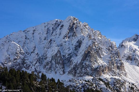 El pic inferior de Subenuix (2882 m) des de l'Estany Redo.Parc Nacional d'Aigues Tortes i Estany de Sant Maurici.La Vall de Boi, Alta Ribagorca, Lleida