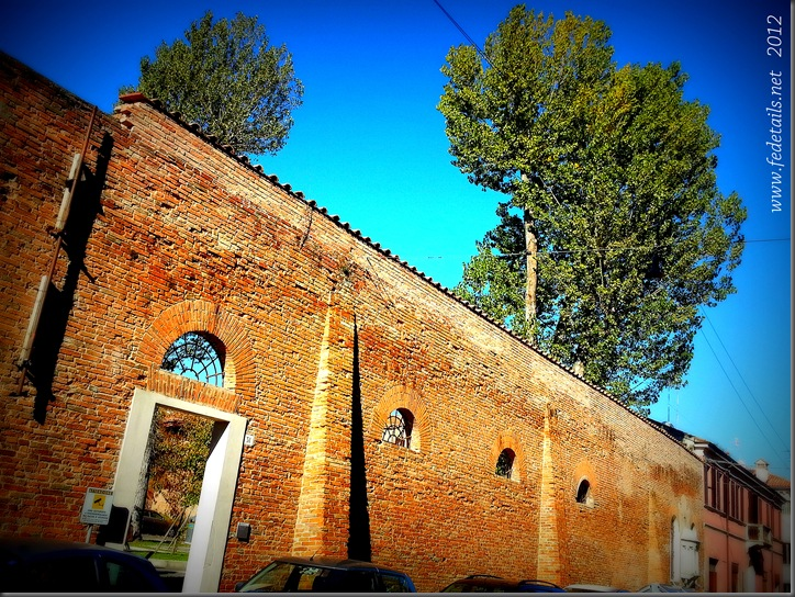 Edicola votiva in Via Frescobaldi ( muro convento ), Ferrara, Emilia Romagna, Italia - Votive shrine in Frescobaldi Street ( convent wall ), Ferrara, Emilia Romagna, Italy - Property an Copyrights of www.fdetails.net