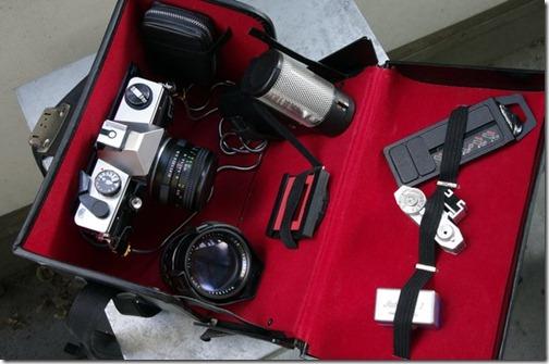 Fototasche miti Praktika, Objektiven und anderem Zubehör.