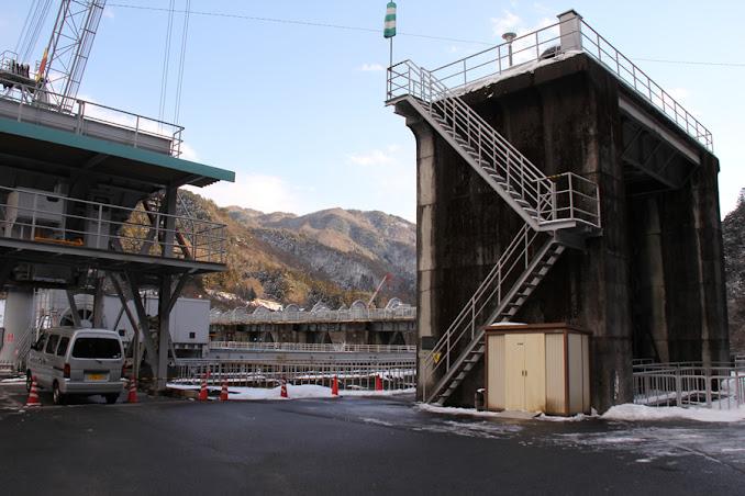 右岸ダムサイトにあるローラーゲート