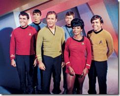 O capitão Kirk vestindo o uniforme de gala, junto com outros oficiais da Enterprise