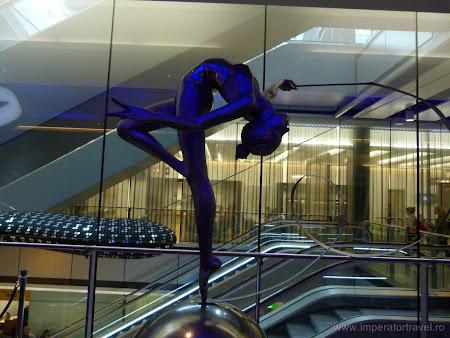 4. Gimnasta in business lounge.JPG