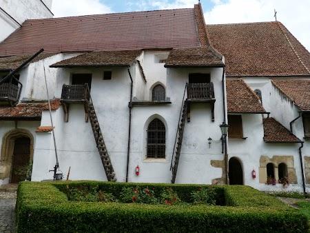 Fortificatii sasesti in Transilvania: Depozit alimente in biserica Harman