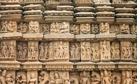 23. Statui din Khajuraho.jpg