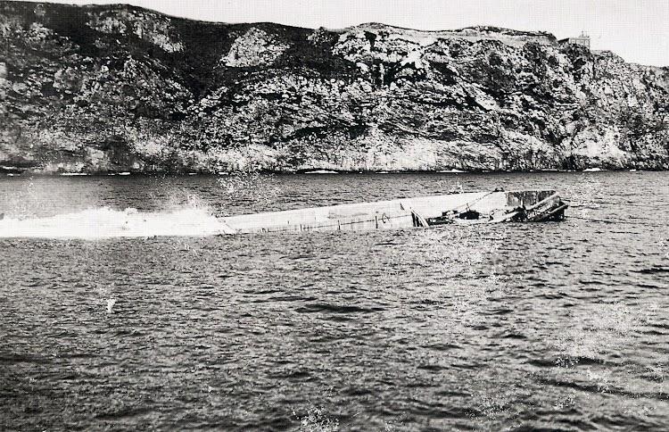 19 de marzo de 1.929. Últimos instantes de la CRETEHIGHWAY antes de convertirse en parte del espigón Norte del puerto del Musel. Del libro Gijón Visión y Memoria Portuaria.JPG