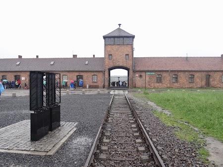25. Intrarea in Birkenau.JPG