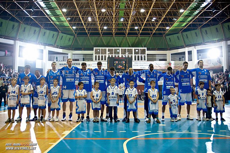 Echipa mureseana la intonarea imnului dinaintea inceperii partidei dintre BC Mures Tirgu Mures si U Mobitelco Cluj-Napoca din cadrul etapei a sasea la baschet masculin, disputat in data de 3 noiembrie 2011 in Sala Sporturilor din Tirgu Mures.