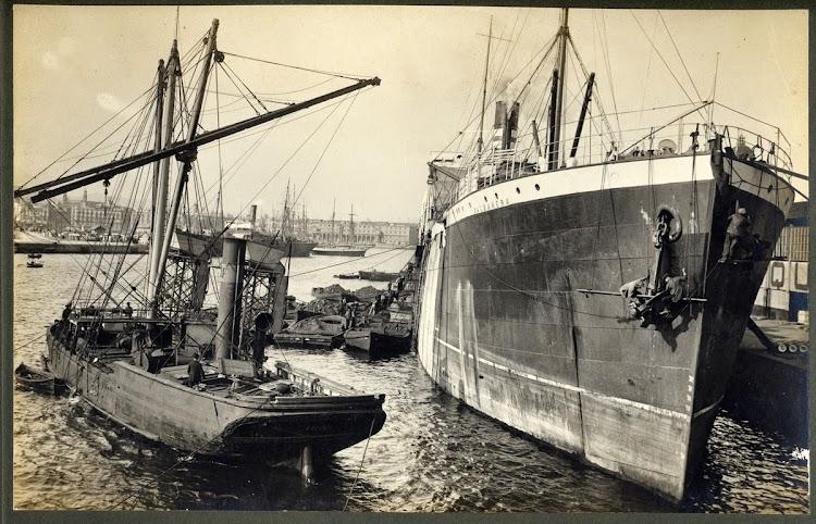 Vapor VALBANERA, de la Cía. Pinillos, atracado al port de Barcelona. ca. 1916. A. Merletti. Arxiu Fotografic MMB.jpg
