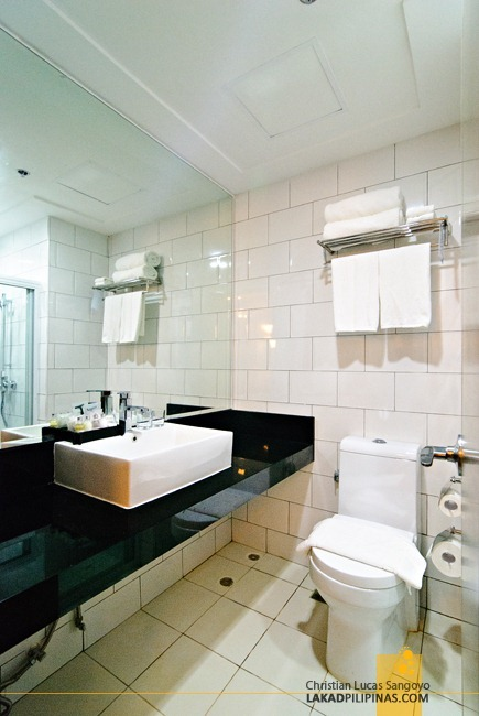 Toilet and Bath at Baguio City's Azalea Residences