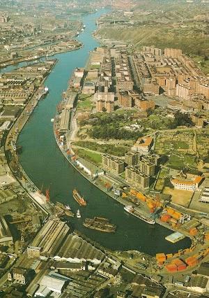 En la concesión de D. José Maria Acha, al final del Canal de Deusto, vemos los tres gánguiles, al comienzo de su desguace, el pequeño buque de puente rojo que sale, es el CHEU, ex gánguil BENEDICTA, gemelo de los anterior.bmp
