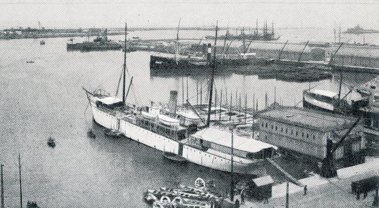 El BELLVER en el puerto de Barcelona, fondeado al costado del Club Náutico flotante y con la plancha de embarque dada por la popa. Del libro LA MARINA EN LAS BALEARES.JPG