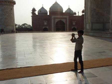 Obiective turistice Agra: Un pusti cu talente nedescoperite pozeaza Tajul in apus.JPG
