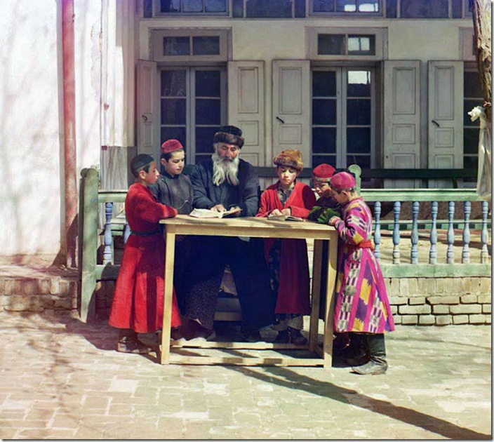 Group-of-Jewish-Children-with-a-Teacher-1911