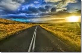 Carretera de Dos Vias con un paisaje de pastizal seco