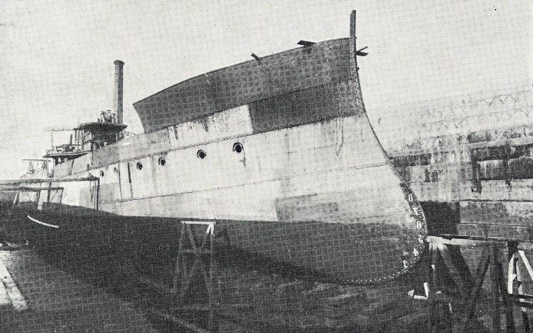 Año 1.917. Levantamiento del castillo de proa del buque PRESEN durante su reconstrucción en mercante. Del libro El Astillero de San Martín..JPG