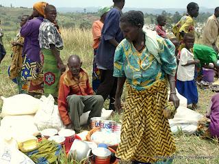 Des familles autours des vivres distribués par le Programme Alimentaire Mondial(PAM)  ce 1/01/2003 dans le Camp des déplacés à Geti en RDC, lors de la visite de Jan Egland, Secrétaire générale des Nations Unies en charge des affaires Humanitaire. Radio Okapi/ Ph. John Bompengo
