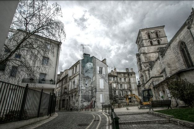 Street Art French Angouleme Couple embracing far away HDR.png