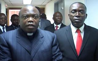 – A gauche, Ngoy Mulunda, président de la Ceni et à droite, Matata Ponyo, ministre des Finances ce 30 avril 2011