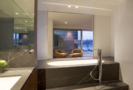 baños-revestidos-piedra-negra-marmol-gris