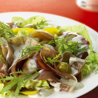 Gemengde salade met Parmaham, gele paprika en olijven