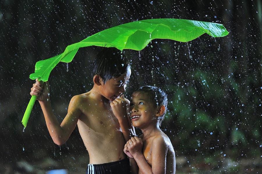 Selembar berdua by Deny Satria - Babies & Children Children Candids ( banana, village, indonesia, traditional, kids, leaves, rain )