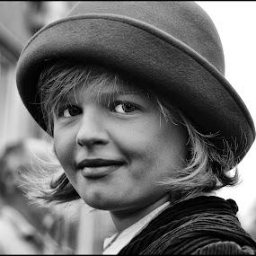 Hoedje by Etienne Chalmet - Black & White Portraits & People ( black and white, street, children, people, portrait, hat )