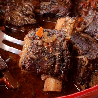 (Jewish beef ribs simmered in red wine)