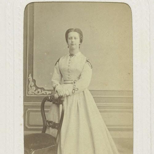 87284bb80c6ae6 Studioportret van een vrouw in een hooggesloten witte jurk ...