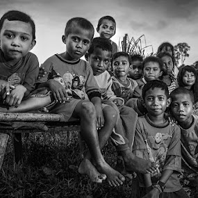 Friendship by Alan Fadlansyah - Black & White Portraits & People ( fadlansyah )