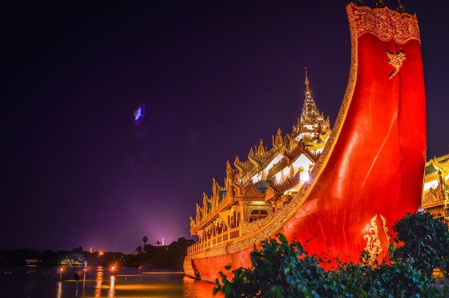 အမွီးေလး ေျပးကုိက္ခဲ႔တယ္ :P by Zaw Aung - City,  Street & Park  Historic Districts