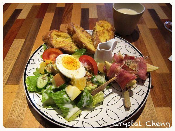 八日八  氣氛好好 菜單好有趣 看起來還挺豐富的早午餐 但是吃起來還好(台中 早午餐 咖啡廳)