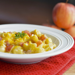 One Pot Macaroni and Cheese with Apples and Bacon