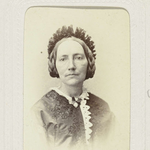 1edf63b940d975 Studioportret van een vrouw met gevlochten haar en krans