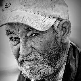 homeless by Ionel Covariuc - Black & White Portraits & People ( picture, black and white, homless, people, portrait )