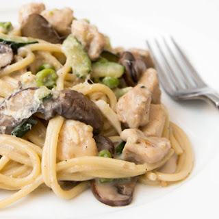 One Pot Creamy Spaghetti with Zucchini, Mushroom and Chicken (Adapted from Damn Delicious)