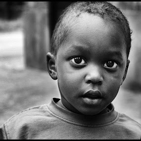 Nieuwsgierig  by Etienne Chalmet - Black & White Street & Candid ( black and white, street, children, black, Emotion, portrait, human, people, , b&w, child )