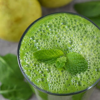 Green Smoothie with Spinach, Pear, and Ginger.