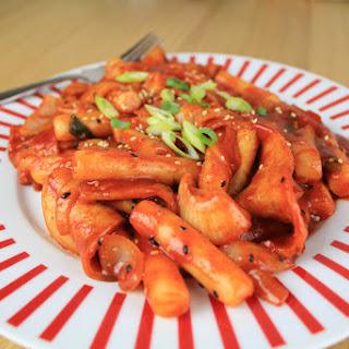 Korean spicy rice cakes [Dukbokki].
