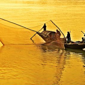 Reflection of fishing boat by Saptak Banerjee - Transportation Boats ( reflection, ganges, fishing, boat, evening, people, river, , villes, rencontres, continents, découvertes curiosités, personnes, marchés )